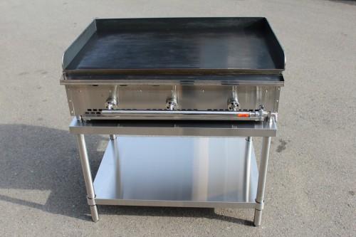 鉄板焼き機はステンレス台に乗せて使うと楽ですよ!